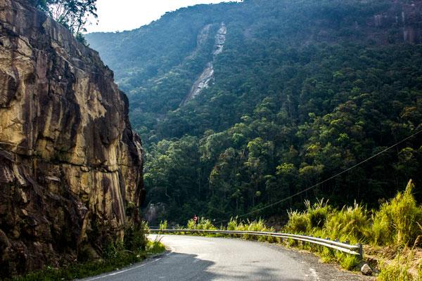 Дорога с извилистыми поворотами от Нячанга в Далат.