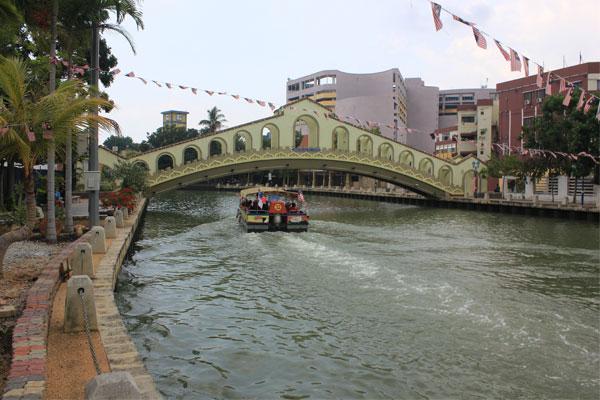 Кораблики, курсирующие вдоль набережной. Малакка, Малайзия.