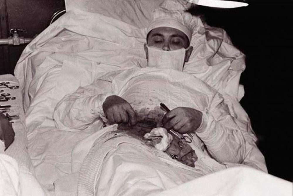 Леонид Рогозов делает сам себе операцию по удалению аппендикса в Антарктической экспедиции