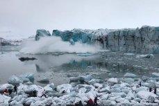 Кусок ледника откалывается и падает в воду