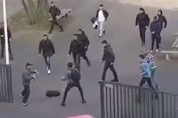 Школьники противостоят вооруженному мужчине