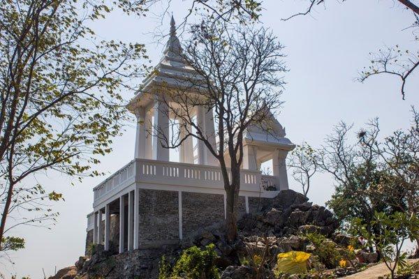 Буддийское святилище Mondop Roi Phraphutthabat. Си Чанг, Таиланд.