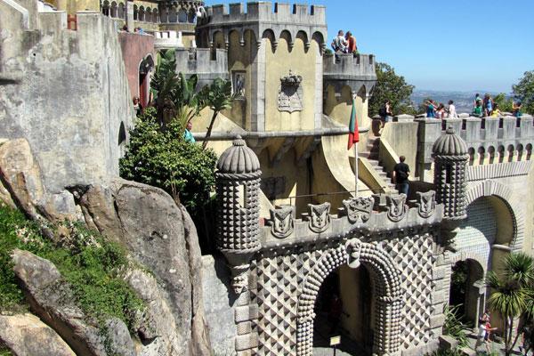 Замок мавров (порт. Castelo dos Mouros) — замок раннего Средневековья. Синтра, Португалия.
