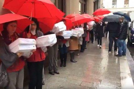 В здание администрации президента РФ принесли 1 000 000 подписей против пенсионной реформы