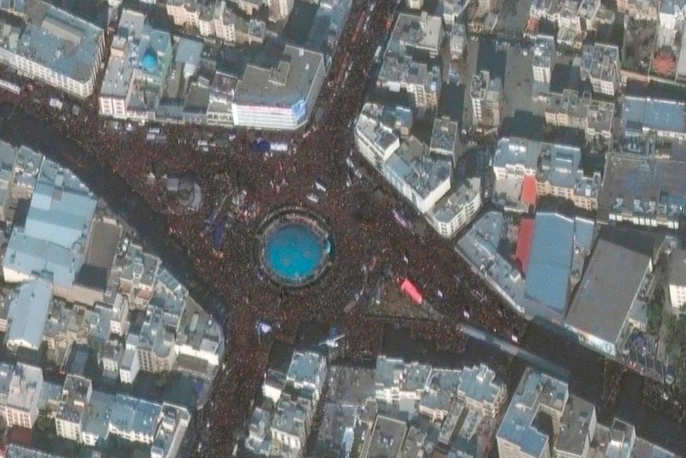 Огромное количество людей, заполняющих улицы Тегерана, можно увидеть из космоса на этом спутниковом снимке.