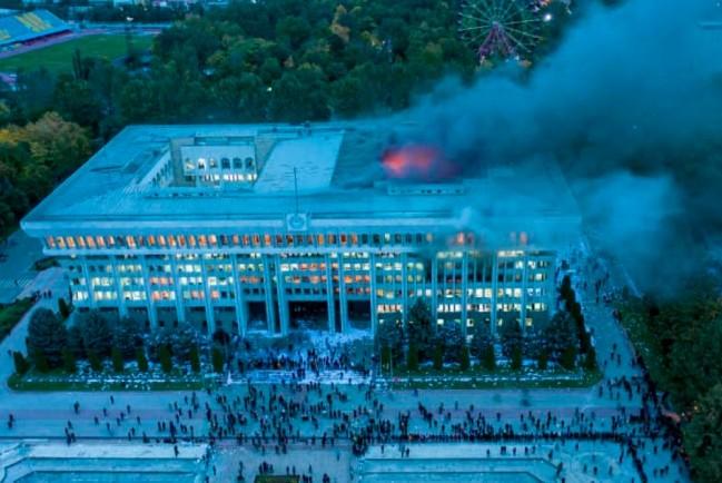Протесты в Бишкеке, в Белом доме пожар