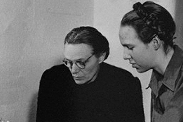 Гудрун Гиммлер с матерью. 1945 год