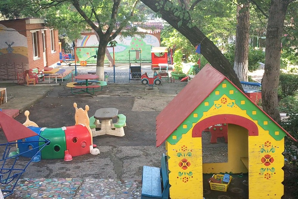 """Старый, разваливающийся асфальт в детском садике """"Солнышко"""" в Геленджике"""