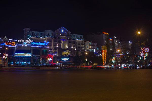 Вечерний Далат. Улица ведущая от Центрального рынка к озеру Сюан Хыонг.