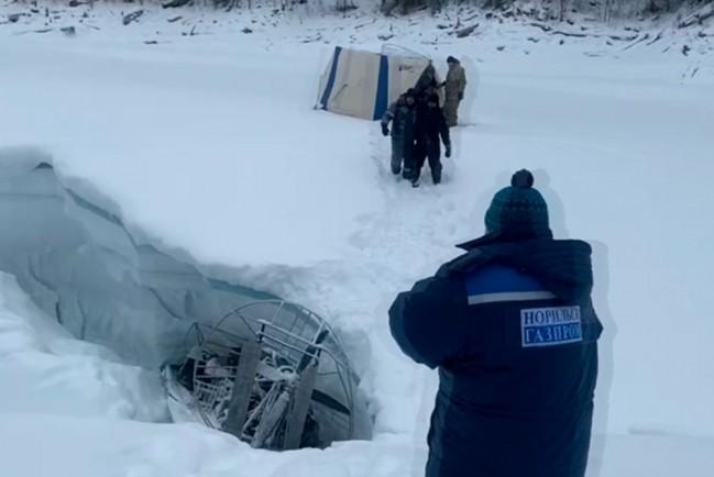 Аэролодка с рыбаками провалилась под лед на реке Кантегир