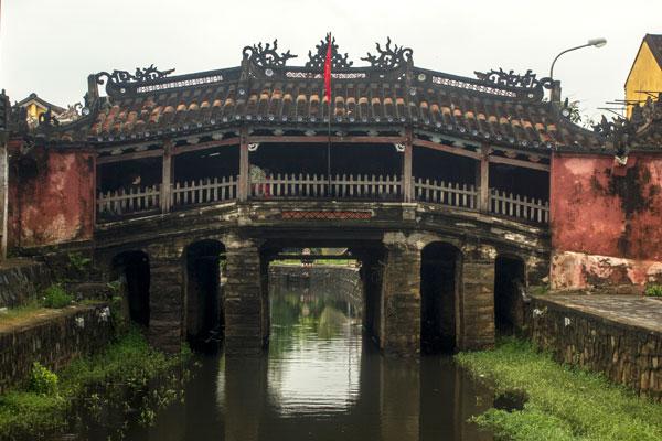 Старый крытый японский мост. Город Хойан. Вьетнам.