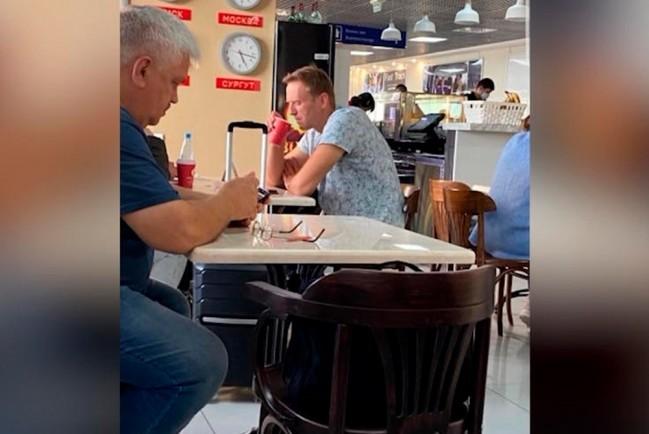 Навальный выпил не один стакан в аэропорту