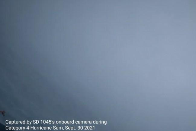 Американским учёным впервые удалось снять видео из центра урагана