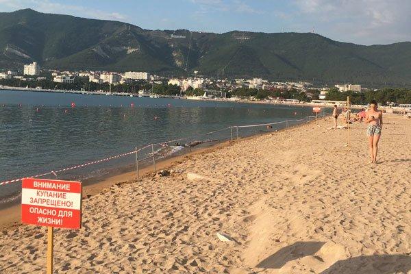 Пляж в центре Геленджике огорожен лентами. Купание запрещено!