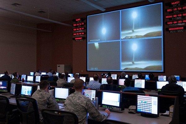 Военные США контролируют пробный пуск ракеты Minuteman III на авиабазе Ванденберг, штат Калифорния, 27 марта 2017г