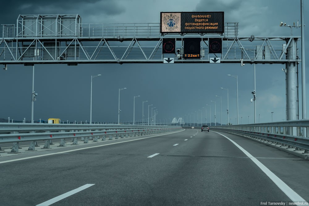 Информационное табло на Крымском мосте