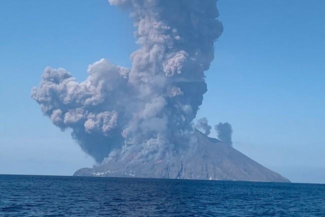 Извержение вулкана Стромболи в Италии