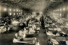 Жертвы гриппа в больнице скорой помощи в Форт-Райли, штат Канзас, в 1918 году