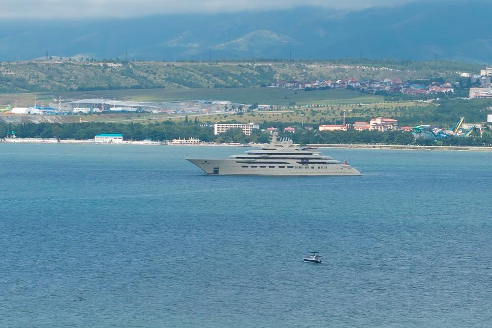 Яхта Dilbar бросила якорь в бухте Геленджика
