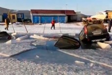 Автомобили провалились под лед во Владивостоке