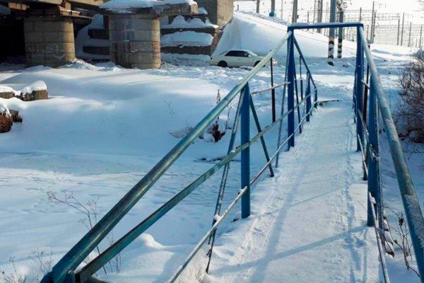 Пешеходный мост через реку Чесноковку, которому требуется ремонт