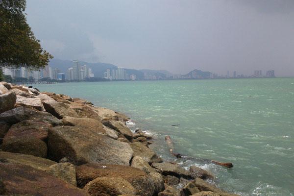 Море вблизи Джорджтауна в Малайзии. Каменистые берега.