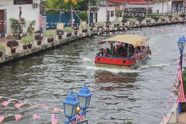 Туристические кораблики, курсирующие вдоль набережной. Малакка, Малайзия.