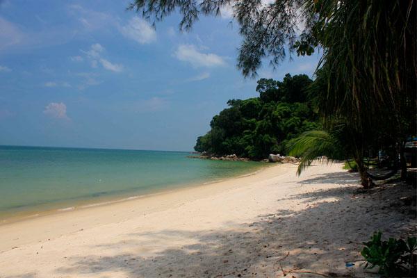 Вид на пляж обезьян в парке Taman Negara Pulau Pinang. Остров Пинанг (Пенанг), Малайзия.