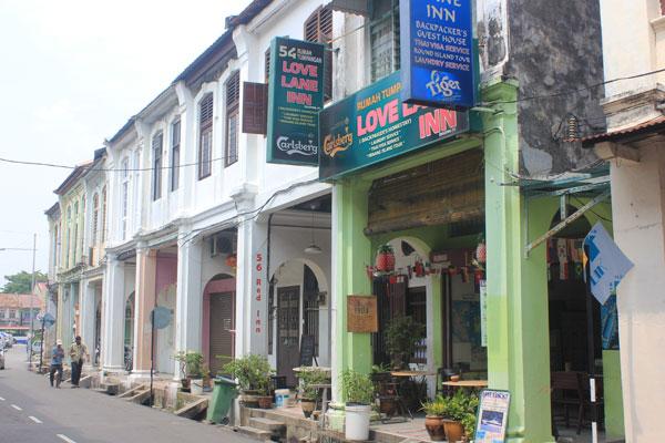 Пятифутовые галереи – пешеходные дорожки вдоль фасадов зданий в старом Джорджтауне. Остров Пинанг (Пенанг), Малайзия.