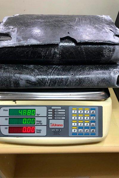 Предварительное взвешивание вкладышей от чемодана, которые пропитаны кокаином