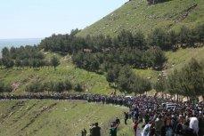 Беженцы собравшиеся неподалеку от штаб-квартиры Курдистана после турецких авиаударов на горе Карачок возле Маликии.
