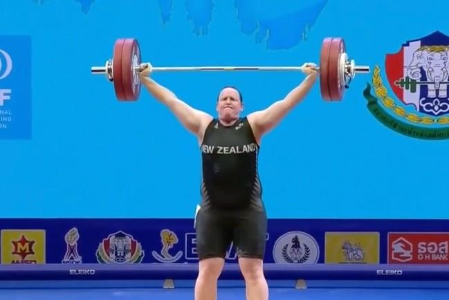 Выступление транса-тяжелоатлета Лауреля Хаббарда из Новой Зеландии на Олимпиаде в Токио