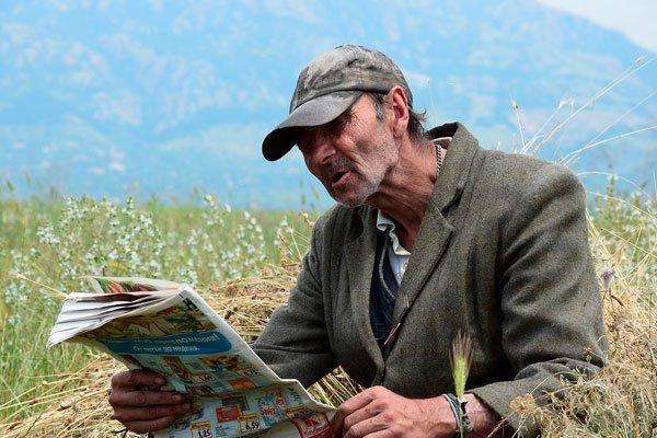 Пожилой мужчина читает газету