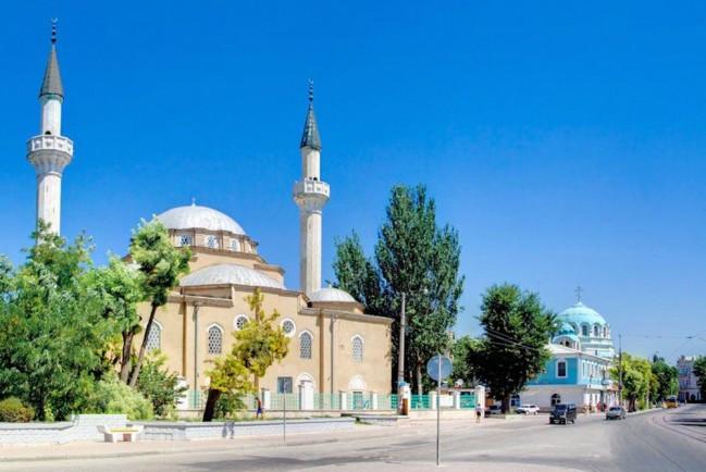 Мусульманская мечеть Джума-Джами и православный Собор Святителя Николая Чудотворца