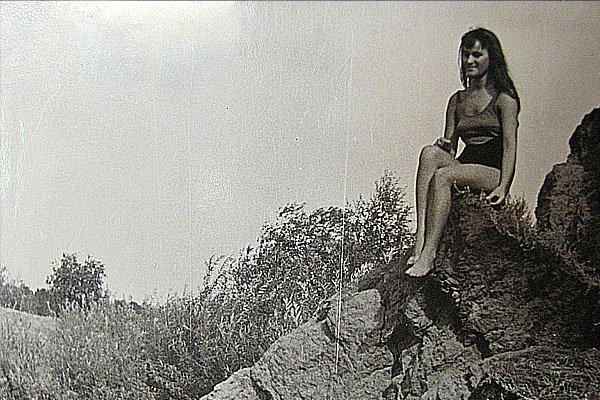 Чёрно-белое фото. Девушка на камне. Воспоминания.