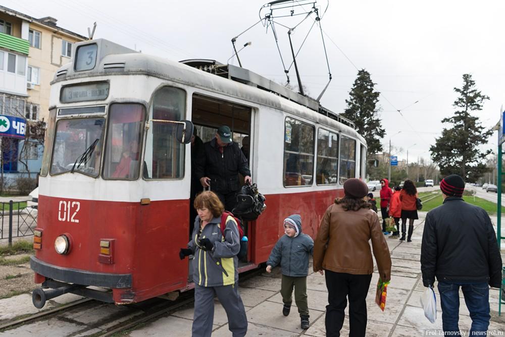 Старый трамвай, который курсирует по улице Фрунзе в Евпатории