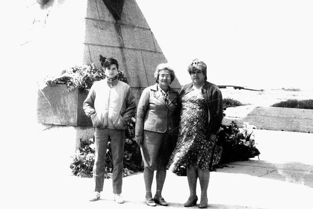 """Возле памятника """"Морякам десантникам"""". Я со своей бабушкой - ветеран ВОВ и тётей. На Дне Победы в Евпатории, 1988 год."""