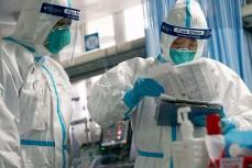 Китайские врачи в защитной одежде