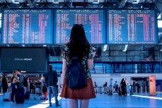 Девушка смотрит на табло в аэропорту