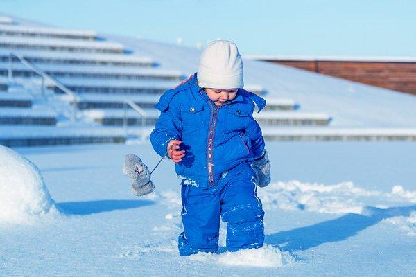 Мальчик играет в снегу