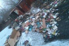 Книги, выброшенные в грязь и снег