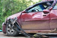 Разбитый автомобиль.