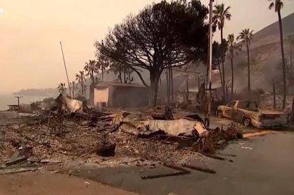 Сгоревший дом и машина во время пожара в Калифорнии