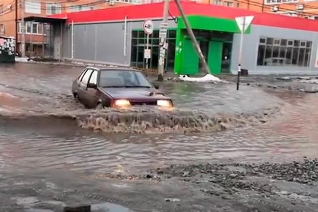 Улицы Краснодара затопило после сильных снегопадов
