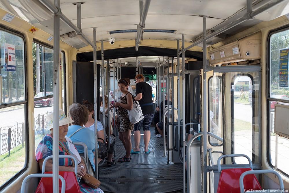 Внутри вагона трамвая