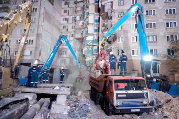 Спасатели разбирают завалы на месте обрушения дома в Магнитогорске