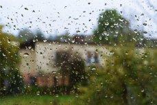 Капли дождя на окне.