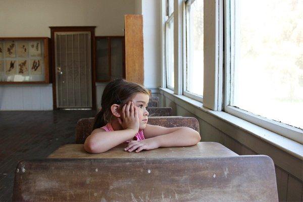 Ученица смотрит в окно