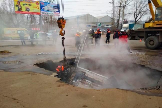 В Пензе автомобиль «Лада Ларгус» вытаскивают из ямы с кипятком