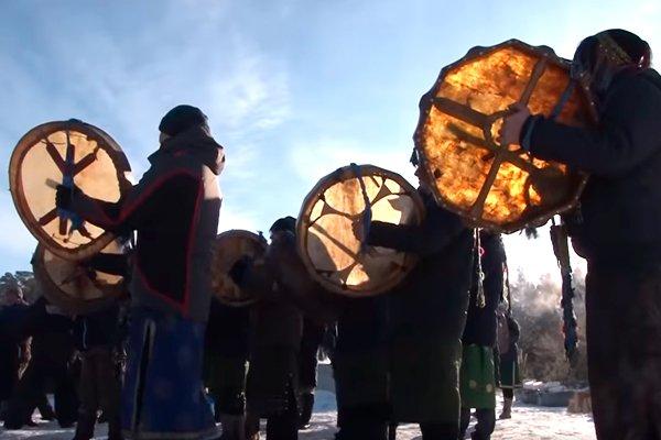Байкальские шаманы на ритуале по сожжению верблюдов